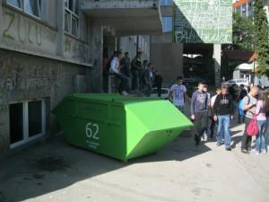 Kontejneri ispred uzickih skola